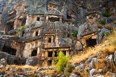 Túmulos de Lycian altos nas montanhas em Myra foto de stock royalty free