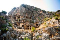 Túmulos de Lycian altos nas montanhas em Myra fotografia de stock royalty free
