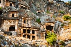 Túmulos de Lycian altos nas montanhas em Myra foto de stock