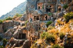Túmulos de Lycian altos nas montanhas em Myra fotos de stock