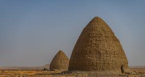 Túmulos do cemitério velho de Dongola e túmulos no norte do deserto sudanês imagens de stock