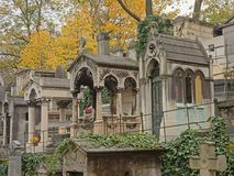 Túmulos velhos das sepulturas no cemitério de Montmartre, Paris, França, opinião de baixo ângulo Imagem de Stock