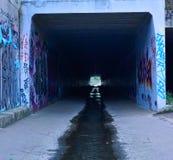 Túnel abandonado oscuridad foto de archivo