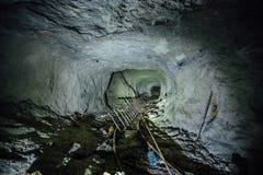 Túnel abandonado sucio espeluznante oscuro de la mina fotos de archivo libres de regalías