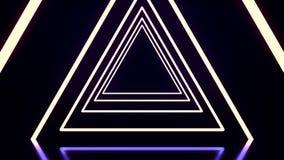 Túnel abstrato bonito do triângulo com linhas claras pretas, brancas, e roxas vinda mais próxima Voo com da incandescência de néo ilustração stock