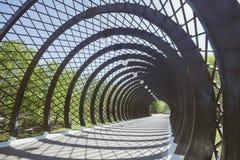 Túnel antes del puente de Andreevsky del peatón en Moscú fotos de archivo