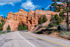 Túnel colorido da estrada perto de Bryce Canyon National Park, Utá Imagem de Stock Royalty Free