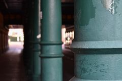 Túnel com colunas verdes imagens de stock royalty free