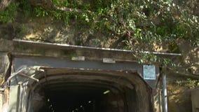Túnel con la luz en el extremo almacen de metraje de vídeo