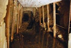 Túnel con los apoyos en la mina Imágenes de archivo libres de regalías