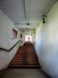 Túnel da igreja com as escadas que conduzem para jardinar fotos de stock