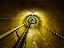 Túnel da manutenção na barragem de Laca de l ` Heure do Eau d do `, Bélgica Imagens de Stock