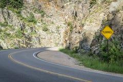 Túnel de aproximação da estrada na garganta de Poudre Foto de Stock