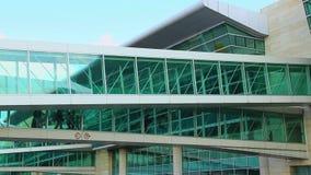Túnel de cristal del terminal de aeropuerto a los aviones metrajes