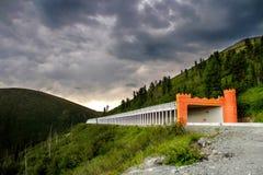 Túnel de la avalancha en terreno montañoso Imágenes de archivo libres de regalías