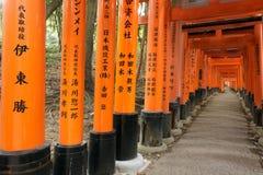 Túnel de la capilla de Fushimi Inari Fotos de archivo libres de regalías