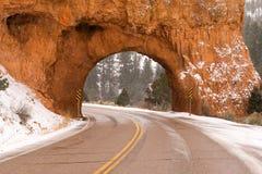 Túnel de la carretera 12 de Utah a través de la nieve roja del invierno del barranco Fotos de archivo libres de regalías
