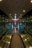 Túnel de la escalera móvil en el aeropuerto Fotos de archivo libres de regalías