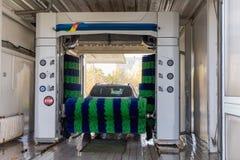 Túnel de lavado automático en la acción, túnel de lavado fotos de archivo libres de regalías