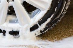 Túnel de lavado con el jabón, limpieza del coche Fotos de archivo libres de regalías
