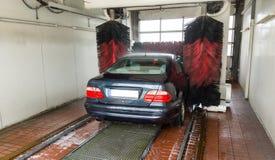 Túnel de lavado el fin de semana con el coche alemán Foto de archivo