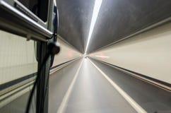 18 01 túnel de 014 montañas, tiro de la ventana del autobús fotografía de archivo