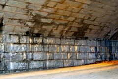 Túnel de pedra lindo no por do sol fotos de stock