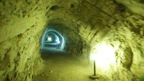 Túnel de piedra de la explotación minera almacen de video