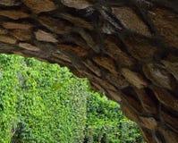 Túnel de piedra en el camino fotos de archivo