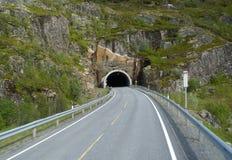 Túnel del camino en montañas noruegas Imagen de archivo libre de regalías