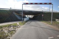 Túnel en el Noordelijke Dwarsweg con la barrera del heigth para advertir los camiones demasiado altos en Zevenhuizen en los Paíse foto de archivo libre de regalías