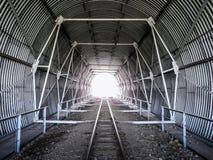 Túnel en las pistas ferroviarias Fotos de archivo libres de regalías