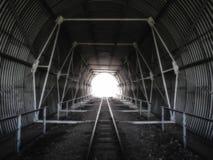 Túnel en las pistas ferroviarias Foto de archivo