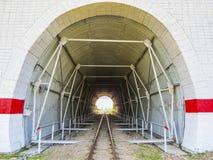 Túnel en las pistas ferroviarias Imagen de archivo libre de regalías