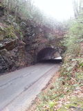 Túnel en un camino de la montaña Fotos de archivo