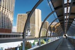 Túnel entre dois edifícios. Atlanta. fotografia de stock