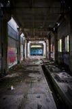 Túnel inoperante do `s do edifício com grafittis Fotos de Stock