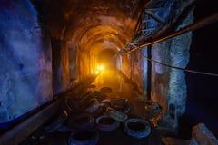 Túnel inundado abandonado do coletor do cabo, pneus podres velhos fotos de stock