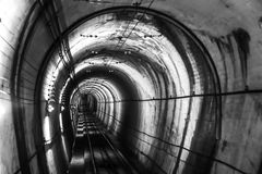 Túnel a la presa de Kurobe - Toyama, Japón imagen de archivo