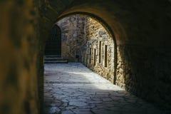 Túnel medieval viejo en una ciudad turística vieja en Cataluña Imagen de archivo libre de regalías