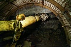 Túnel moderno de la perforación de la máquina en roca foto de archivo libre de regalías