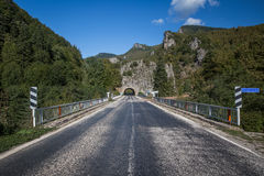 Túnel no lado de uma montanha Fotografia de Stock Royalty Free