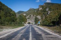 Túnel no lado de uma montanha Imagens de Stock