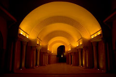 Túnel oscuro iluminado Foto de archivo libre de regalías