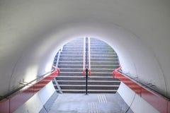 Túnel peatonal con una escalera en el extremo Imagenes de archivo