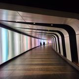 Túnel pedestre do pé com parede leve Imagens de Stock Royalty Free