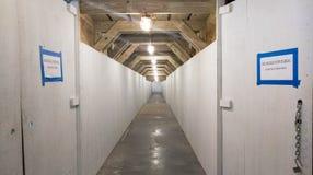 Túnel pedestre em um canteiro de obras fotos de stock