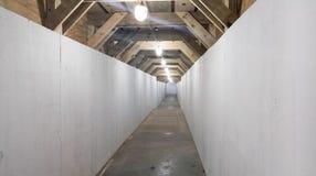 Túnel pedestre em um canteiro de obras imagem de stock