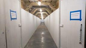 Túnel pedestre em um canteiro de obras imagem de stock royalty free