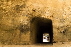 Túnel perto da praia com figura da sombra na extremidade Fotografia de Stock